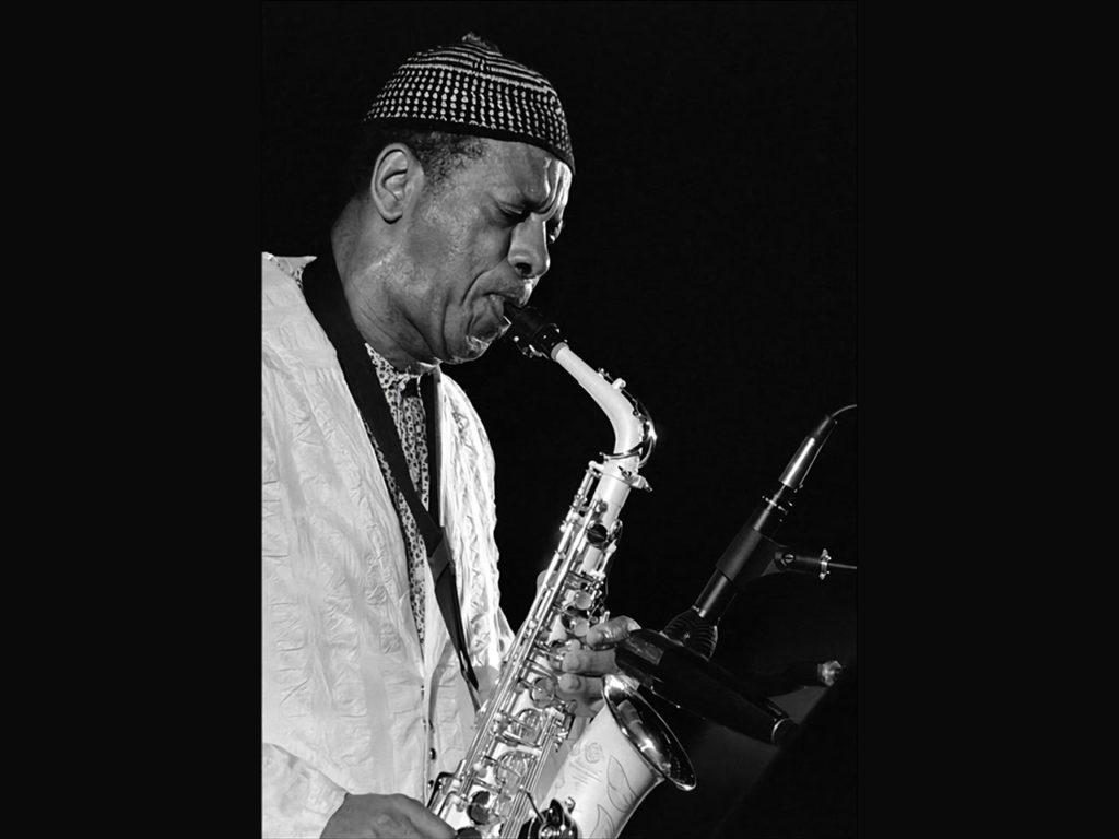 Portrait de Ornette Coleman en train de jouer du free jazz