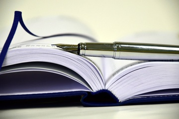 Cahier et stylo plume en gros plan