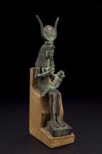 Statue d'Isis en bronze avec Horus sur les genoux