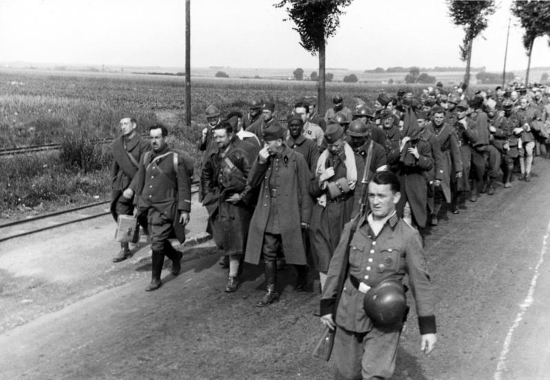 Photographie d'une colonne de prisonniers français en 1940