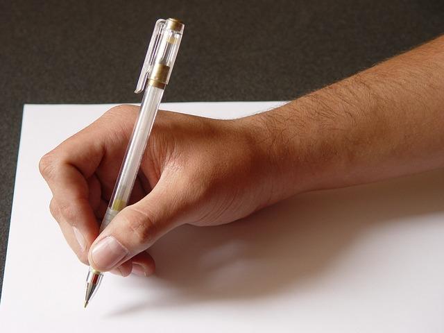 photo d'une main écrivant