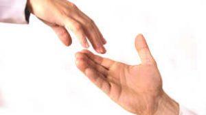 deux mains qui s'approchent