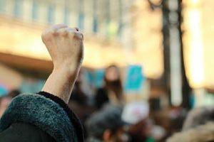 photo d'un poing levé dans une manifestation