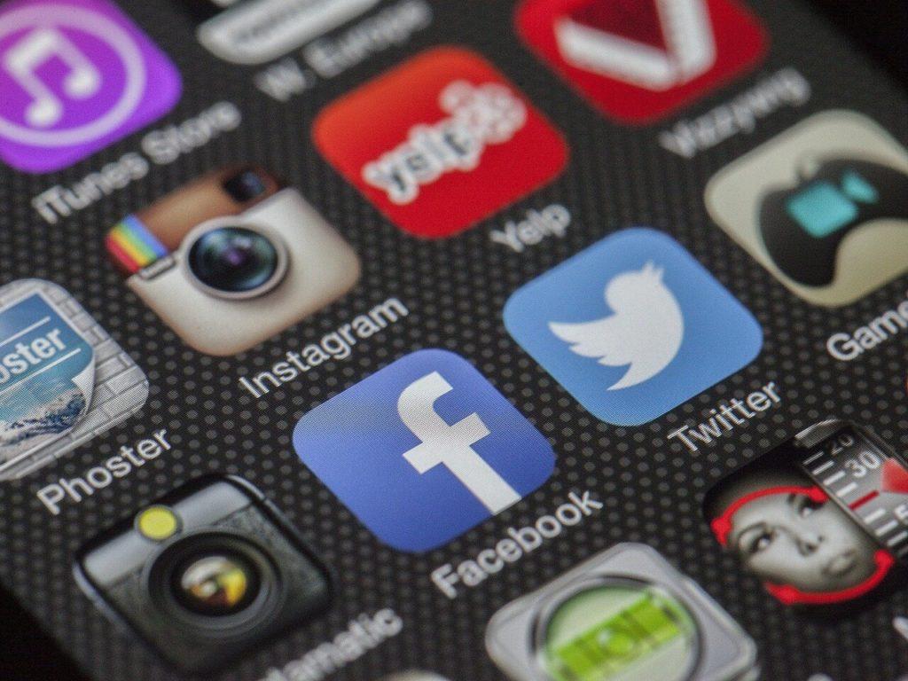 Logos de réseaux sociaux sur un écran de téléphone