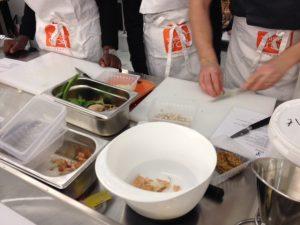photo d'une table avec divers plats en préparation