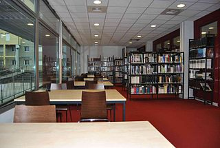 photographie d'une bibliothèque (intérieur)