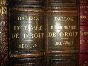 photo en gros plan d'étiquettes de dictionnaire de droit Dalloz