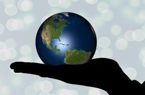 pictogramme de la terre dans une main ouverte
