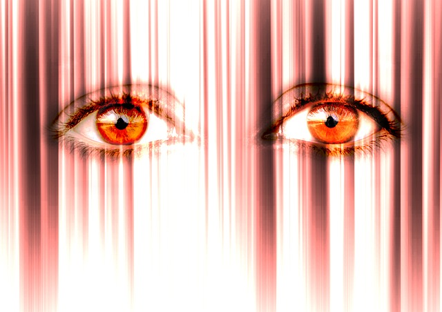 photo montage deux yeux anxieux