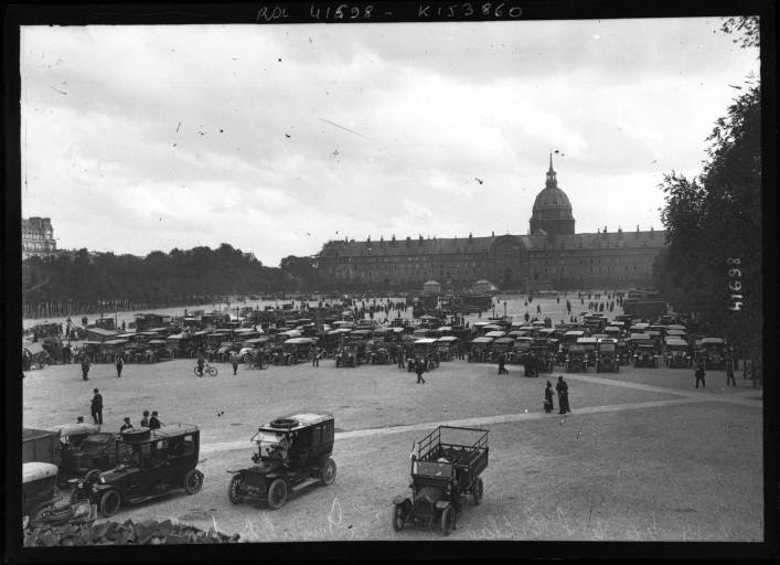 Réquisition des automobiles en 1914 aux Invalides