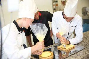 photographie de deux cuisiniers en action