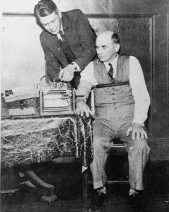 Leonard Keeler testant son détecteur sur le Dr. Kohler