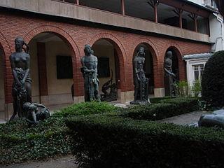 photo d'une arcade du Musée Bourdelle avec des statues