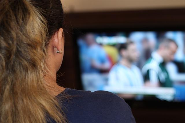 jeune fille de dos regardant la télé