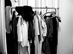 photo d'un portant avec des vêtements