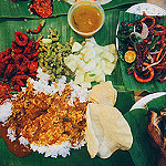 belle présentation de divers plats indiens sur une feuille