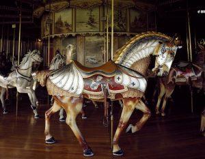 photographie d'un cheval de manège ancien