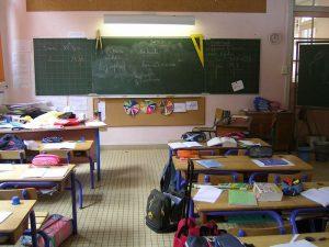 photographie d'une salle de classe vide