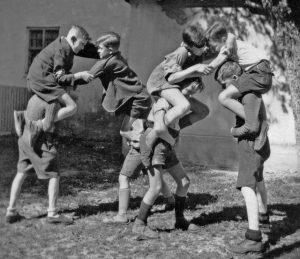 Photographie d'une bagarre d'enfants