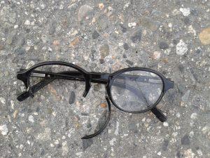 photo de lunettes cassées