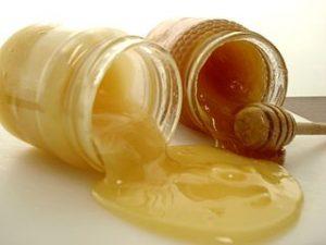 deux pots de miel renversés