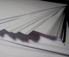 photo en gros plan d'une rame de papier