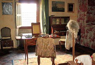 photographie d'une chambre féminine avec coiffeuse