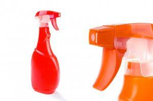 deux pulvérisateurs ménagers