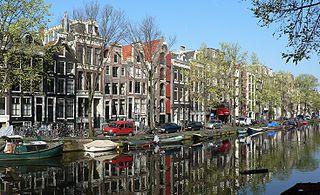 Un canal d'Amsterdam bordé de maisons typiques