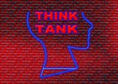 mur de brique, profil de tête et inscription Think tank