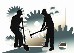 Deux ombres de travailleurs du batiment sur fond de roues dentées