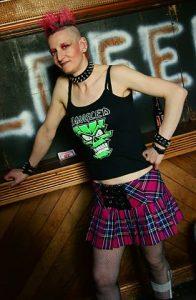 Jeune femme punk portant une jupe en tartan