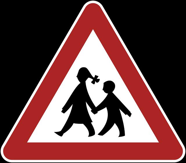 triangle de signalisation avec des silhouettes d'enfants