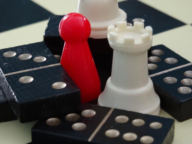 photographie de pions d'échecs et de dominos