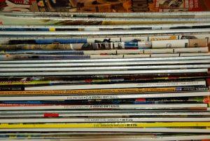 Photographie d'une pile de magazines