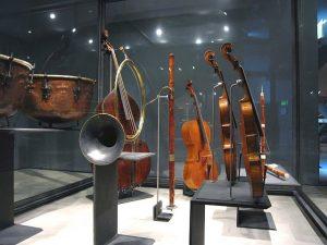photo d'une vitrine du Musée de la musique