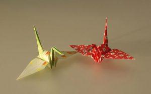 photographie de deux grues en origami (symbole de longue vie)