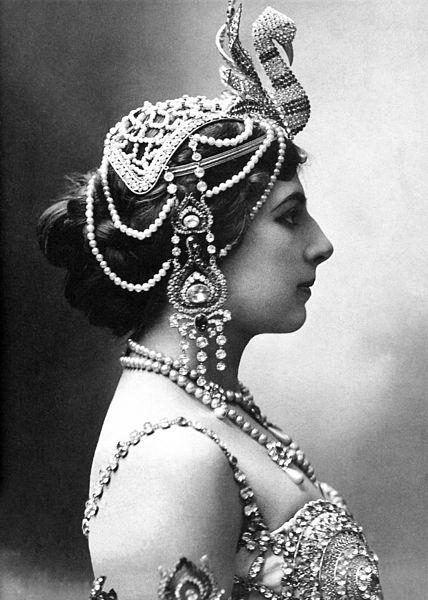 Portrait photographique en noir et blanc de Mata Hari de profil