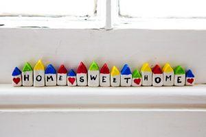Photo d'une frise de petites maisons avec des lettres formant Home, sweet home