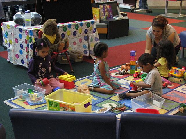 photographie d'enfants jouant dans une ludothèque