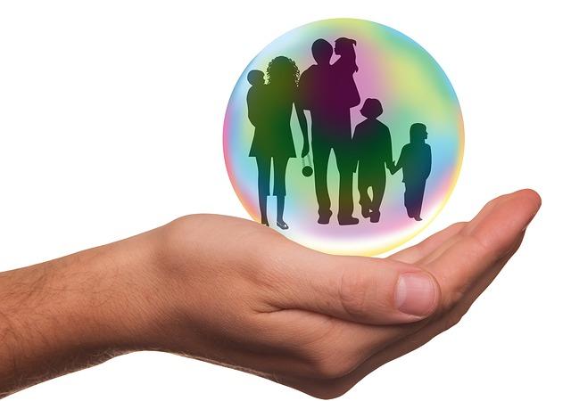 image virtuelle d'une main soutenant une bulle entourant une famille