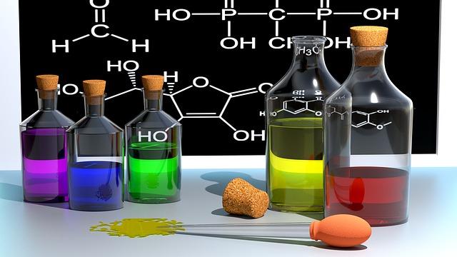 Photographie de flacons de chimie de couleurs variées
