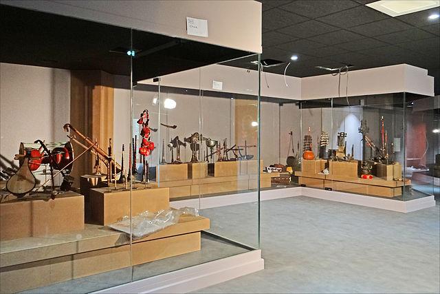 vitrine du musée des instruments de Ceret