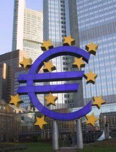 siège de la BCE à Francfort avec un euro en premier plan