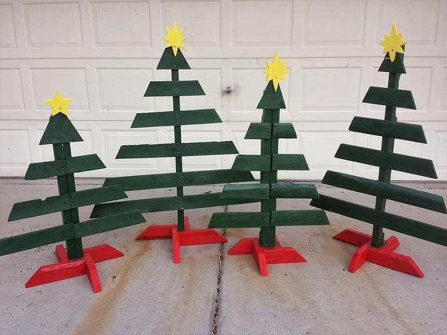 4 sapins en bois verts et pieds rouges