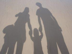 ombre de 4 personnes, 2 adultes et 2 enfants