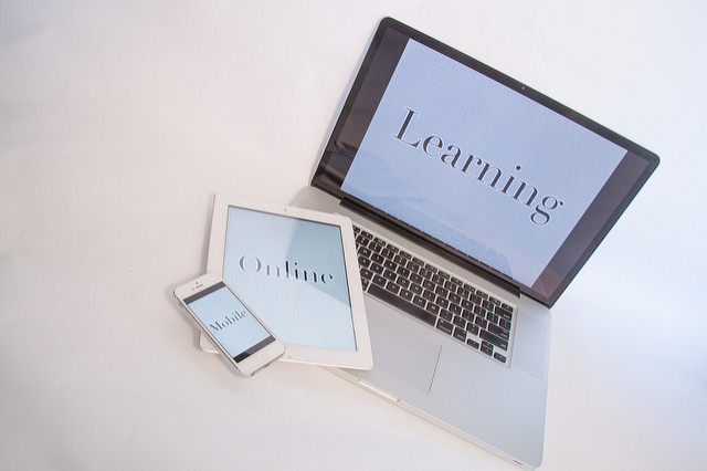 photographie d'un ordinateur, d'une tablette et un smartphone