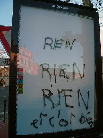 """Panneau d'affichage blanc taggé """"rien, rien et c'est bien"""""""