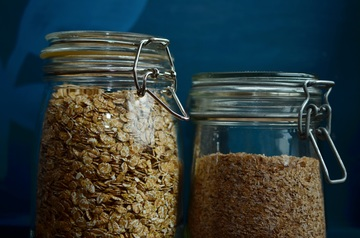 Bocaux en verre remplis de céréales