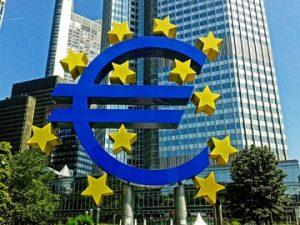 Photomontage d'un euro entouré des étoiles de l'UE  devant un building